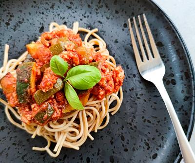 Spaghetti z sosem z cukinii i mięsem z indyka